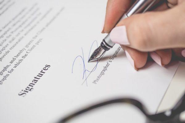 Une personne qui refait un contract