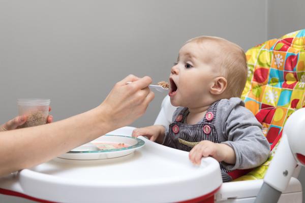 À partir de quel âge installer votre bébé dans une chaise haute