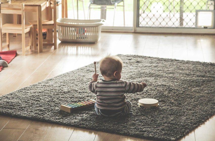 Le tapis d'éveil : premières découvertes de bébé